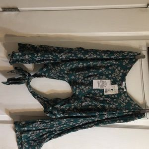 A size Medium flowing green cropped blouse